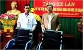 Trao xe lăn cho Bệnh viện Đa khoa khu vực Lục Ngạn