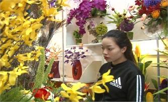 Hoa giả hút khách ngày Tết