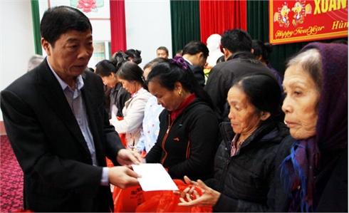 Bí thư Tỉnh ủy Bùi Văn Hải tặng quà hộ nghèo huyện Hiệp Hòa