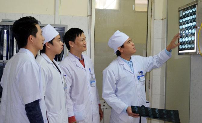 """Bác sĩ chuyên khoa I Nguyễn Văn Nam: Bàn tay """"vàng"""" phẫu thuật lồng ngực và mạch máu"""