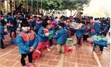 Tặng 400 áo ấm cho học sinh tiểu học Phú Nhuận