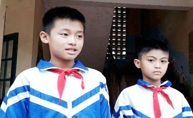 Hai học sinh nhặt được tiền trả lại người mất
