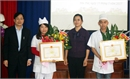 Khen thưởng hai nhân viên y tế hiến máu cứu người bệnh