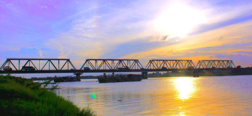 Chiều buông trên cầu Cẩm Lý