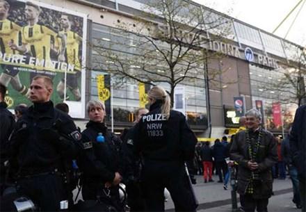 Dortmund, Monaco, hoãn, vụ nổ, bóng đá