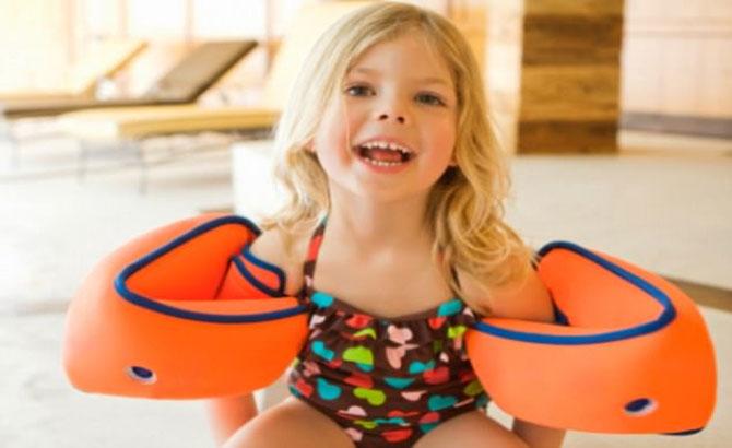 Trẻ bơi, mùa hè, phao tay, gây ung thư