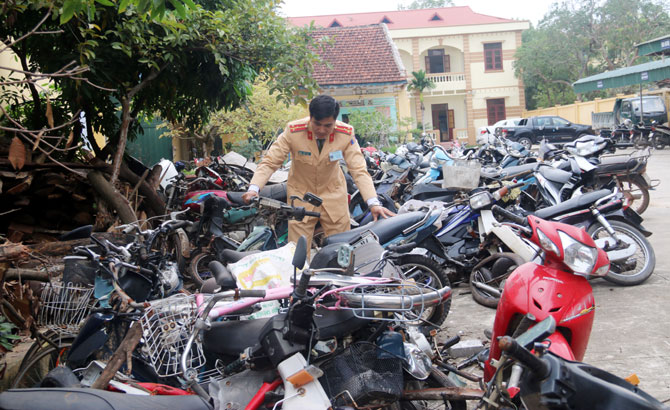 Do quá tải, Công an huyện Lục Nam phải để phương tiện vi phạm bên ngoài bãi xe.