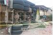 Xe container chở alumin lật nghiêng, đè sập 3 căn nhà