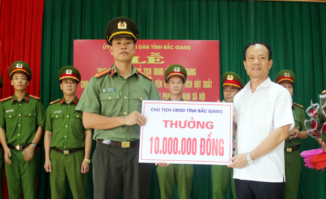 Trao thưởng cho Công an huyện Tân Yên có thành tích trong đấu tranh, bắt giữ tội phạm