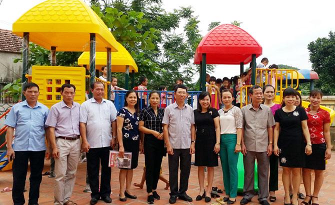 Phó Chủ tịch UBND tỉnh Lê Ánh Dương tặng quà trẻ em tại Sơn Động, Lục Ngạn