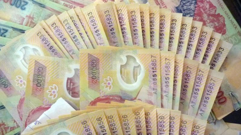 Bị bắt vì mang tiền giả đến ngân hàng gửi