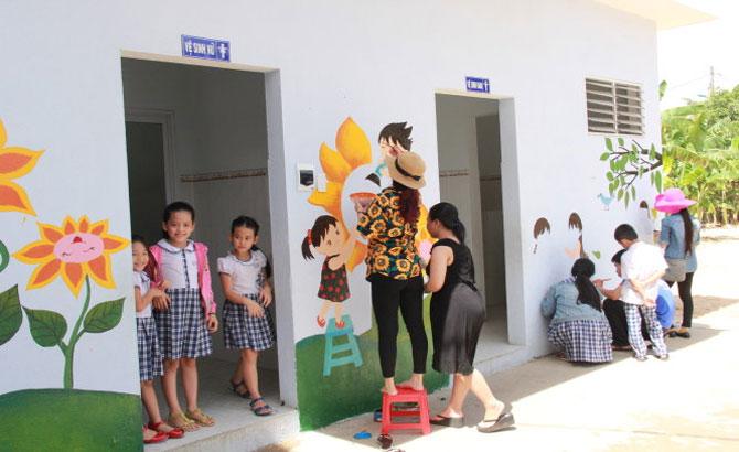 Nhà vệ sinh trường bỗng đẹp như sân vườn