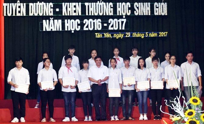 Tân Yên: Tuyên dương học sinh, giáo viên giỏi