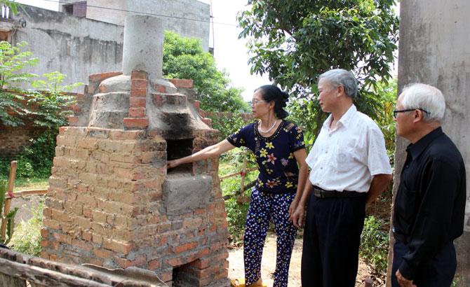 Lò đốt rác gia đình ở Việt Lập: Chi phí thấp, giảm ô nhiễm