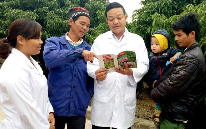 Bác sĩ Nguyễn Hữu Sỹ tuyên truyền công tác phòng, chống dịch bệnh cho bà con.