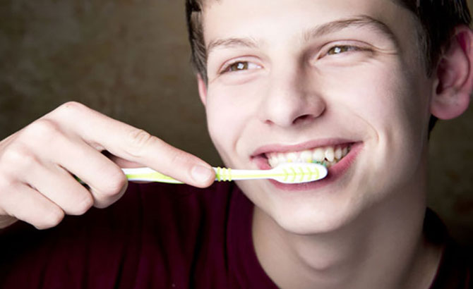 Mang bệnh từ việc dùng bàn chải đánh răng sai cách