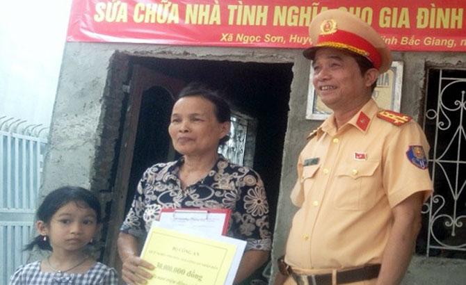 Trao kinh phí sửa chữa nhà cho gia đình liệt sĩ