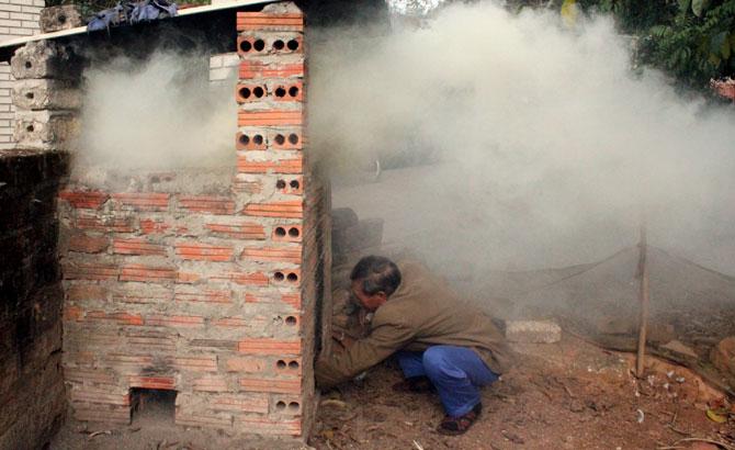 Xây dựng lò đốt rác thủ công: Lợi bất cập hại