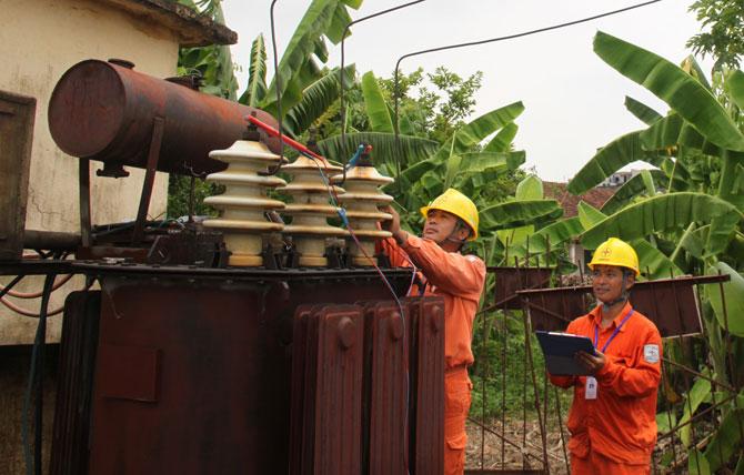 Cán bộ Điện lực Lạng Giang kiểm tra hạ tầng lưới điện.