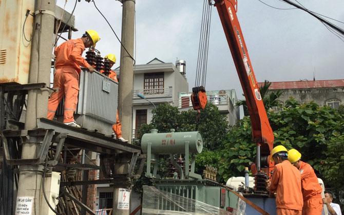 Cán bộ điện lực thi công sửa chữa, tráo đổi MBA trên địa bàn TP Bắc Giang.