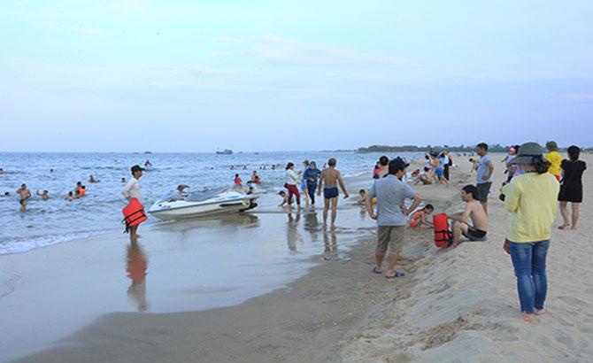 Khách tắm biển miền Trung ngày càng tăng