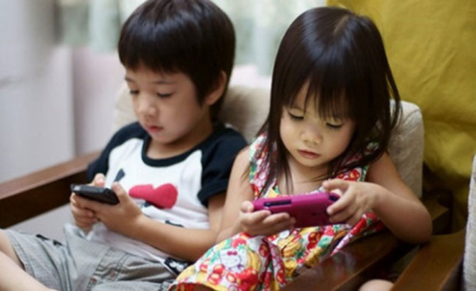 Dỗ trẻ bằng điện thoại thông minh: Mối nguy khôn lường