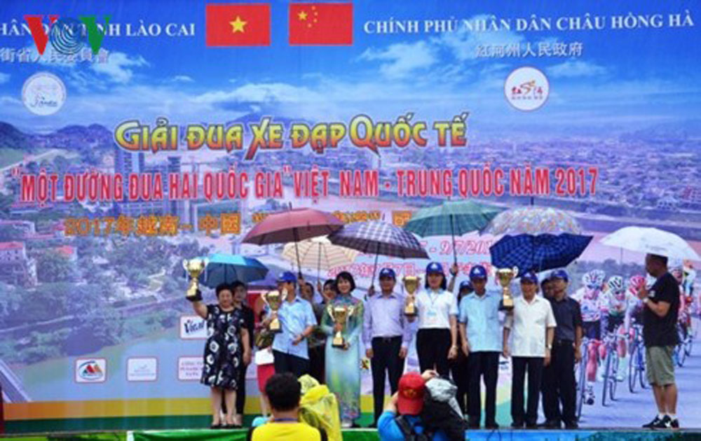 Int'l cycling race closes in Lao Cai