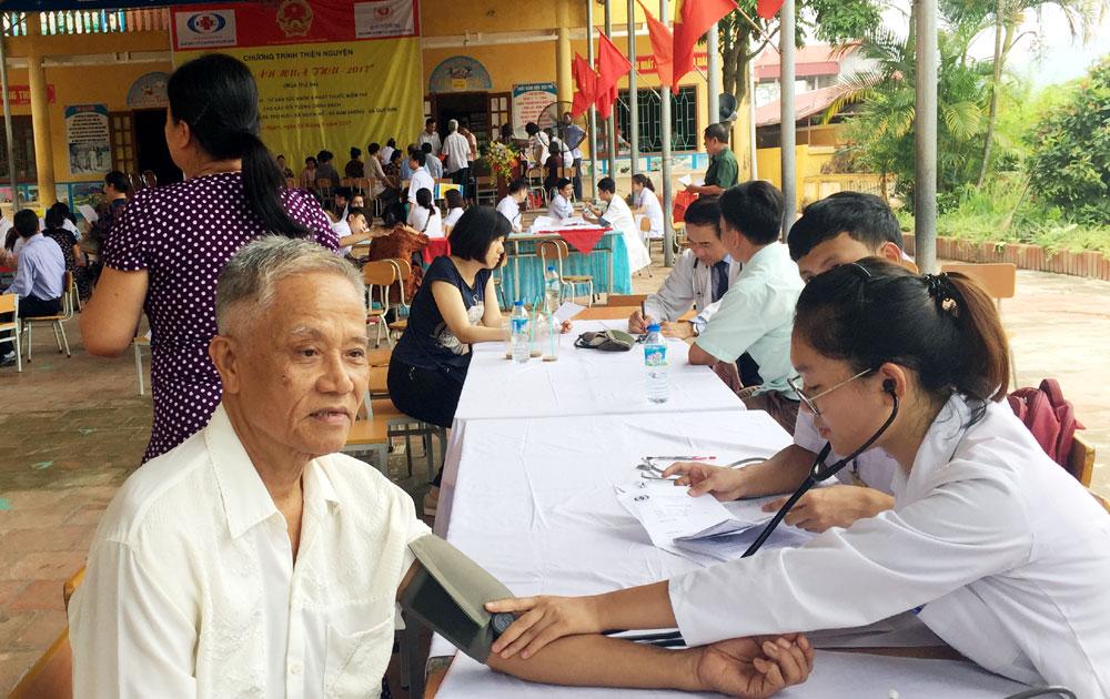 Khám, chữa bệnh miễn phí cho hơn 700 đối tượng chính sách huyện Lục Ngạn