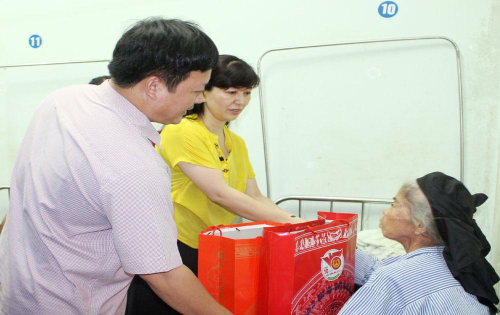Chủ nhiệm Ủy ban Kiểm tra Tỉnh ủy Lê Thị Thu Hồng tặng quà người có công huyện Yên Thế