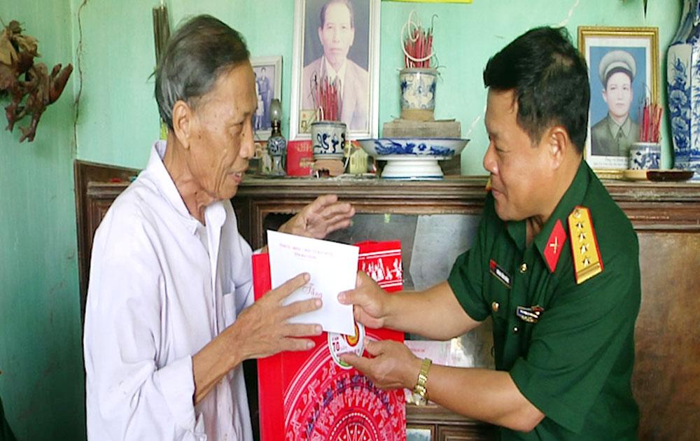 Đại tá Hoàng Công Mừng, Chỉ huy trưởng Bộ CHQS tỉnh tặng quà gia đình thương binh ở Lục Ngạn