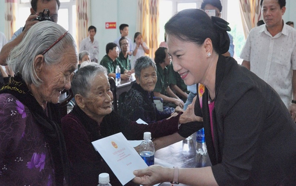 NA leader presents gifts to heroic mothers in Quang Nam province