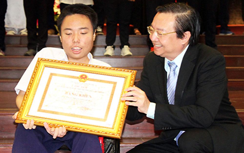 Nam sinh Sài Gòn nhận Bằng khen học sinh giỏi trên xe lăn
