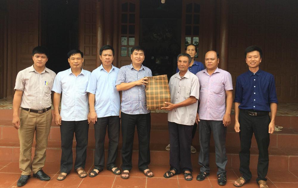 Lãnh đạo huyện Lục Ngạn thăm, tặng quà các gia đình thương binh, liệt sĩ