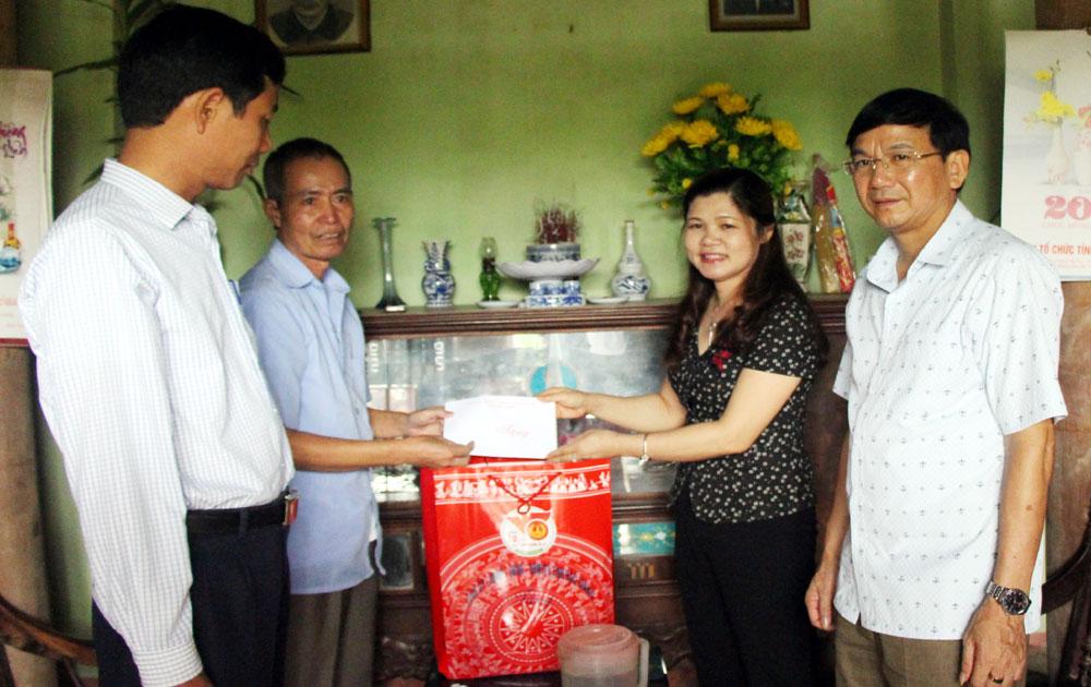 Đồng chí Lâm Thị Hương Thành, Ủy viên BTV Tỉnh ủy, Bí thư Huyện ủy Tân Yên tặng quà gia đình có công