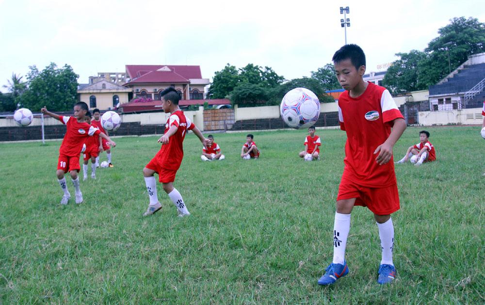 Bước chạy đà của bóng đá trẻ