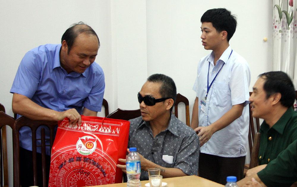 Đồng chí Nguyễn Văn Linh, Chủ tịch UBND tỉnh thăm, tặng quà Trung tâm Điều dưỡng Người có công tỉnh
