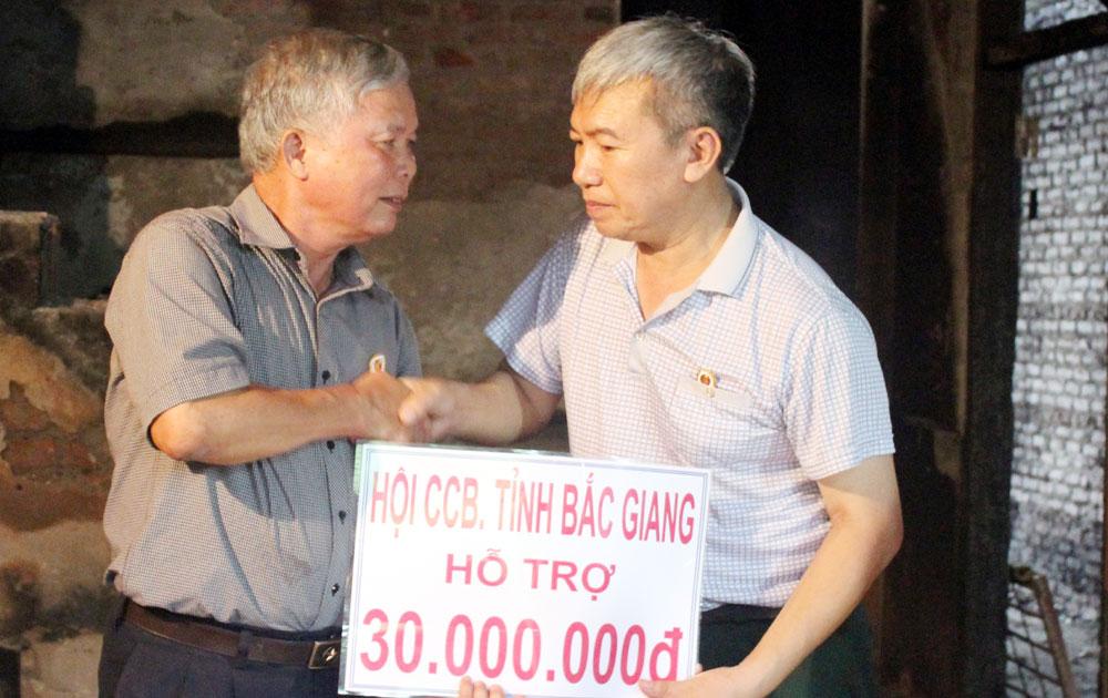 Hội Cựu chiến binh tỉnh hỗ trợ gia đình hội viên bị cháy nhà