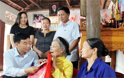 Đồng chí Đỗ Đức Hà, Ủy viên BTV, Trưởng Ban Tuyên giáo Tỉnh ủy tặng quà Mẹ Việt Nam Anh hùng