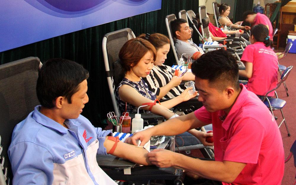 """Ngày hội """"Giọt hồng yêu thương"""": Tiếp nhận 239 đơn vị máu"""