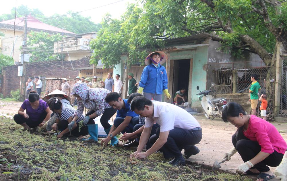 Hiệp Hòa ra quân trồng hoa trên những tuyến đường