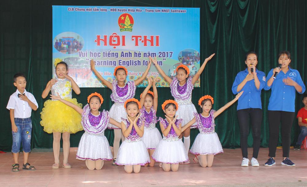 Hơn 100 thiếu nhi tham gia hội thi Vui học tiếng Anh