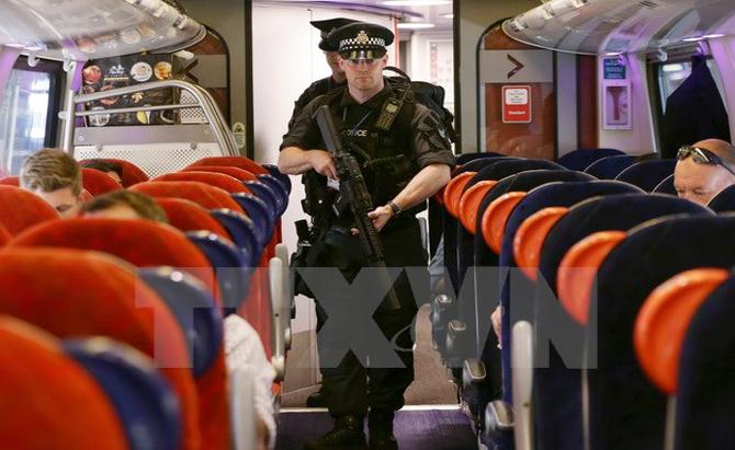 Bị nhiều vụ tấn công khủng bố, người dân Anh tăng hoài nghi