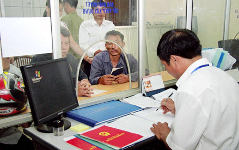 """Việt Yên: Cấp """"sổ đỏ"""" sau dồn điền đổi thửa vượt kế hoạch năm"""