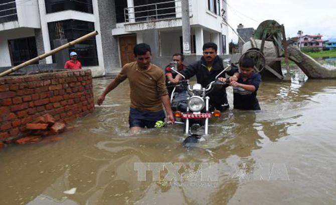 Lở đất, lũ lụt gây thương vong lớn tại Ấn Độ và Nepal