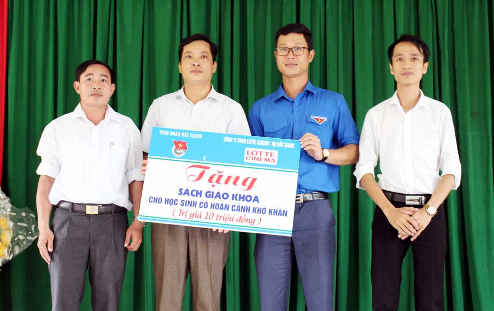 Tỉnh đoàn Bắc Giang: Tặng quà Đội Thanh niên tình nguyện Trường Đại học Khoa học Tự nhiên