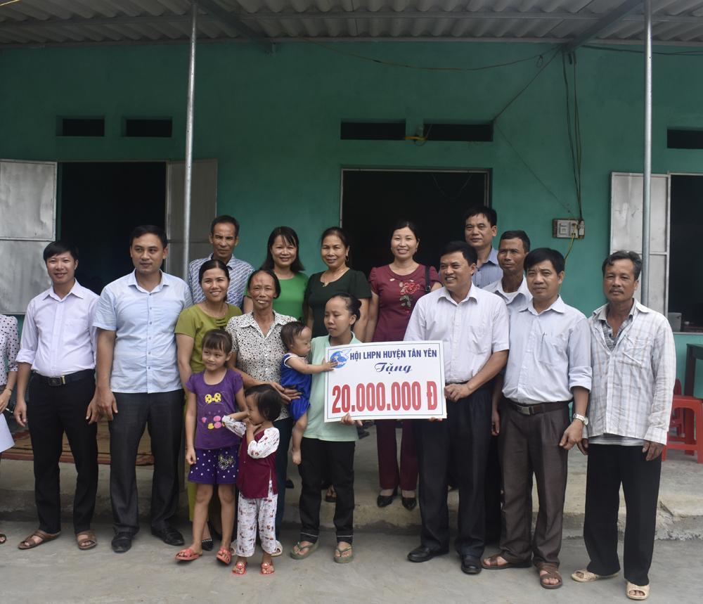 Hội Liên hiệp Phụ nữ Tân Yên trao 8 nhà mái ấm tình thương