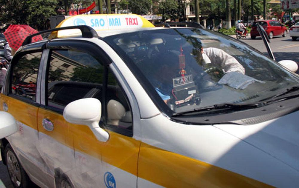Xịt hơi cay cướp xe taxi