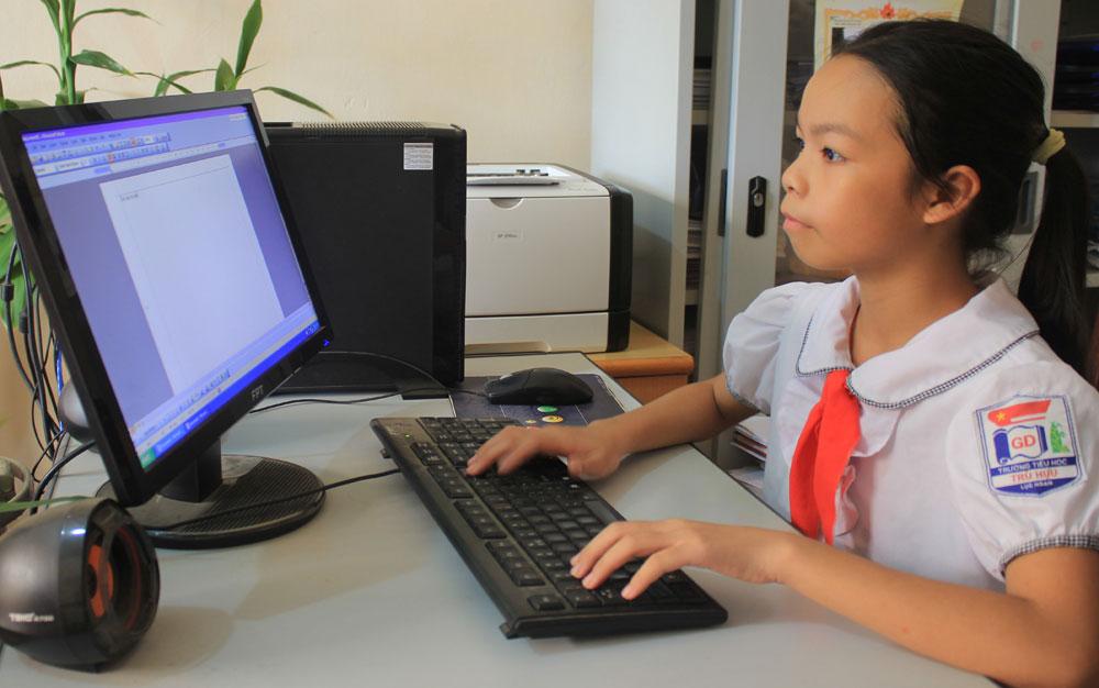 Little girl obtains Vu A Dinh scholarship