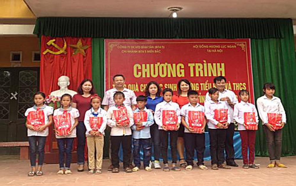 Hội đồng hương Lục Ngạn tại Hà Nội tặng 500 suất quà cho học sinh nghèo xã Sa Lý