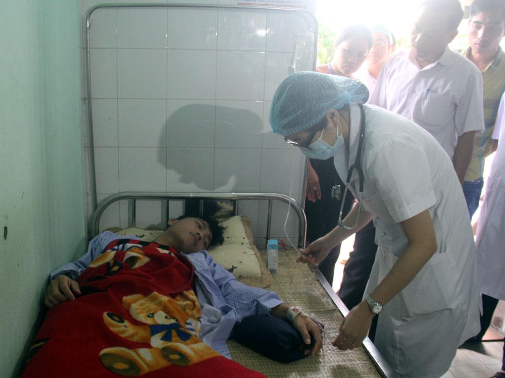 Bác sĩ Khoa Truyền nhiễm, Bệnh viện Đa khoa tỉnh điều trị cho bệnh nhân sốt xuất huyết.